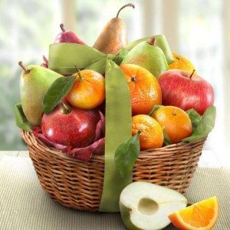 Фруктовая корзина с яблоками, апельсинами и грушами