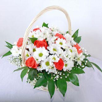Корзина с белыми хризантемами