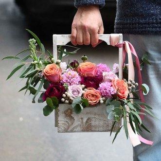 Розы и маттиола в ящичке