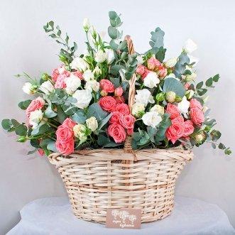 Корзина кустовых роз и эустом