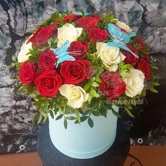 29 красных и белых роз в коробке